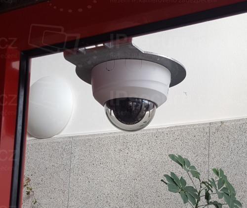 Instalace kamery VIVOTEK FD8169A u vstupu do haly
